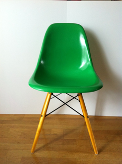 Chaise DSW Dining Side Chair Wooden Base Couleur Vert Kelly Design Ray Charles Eames Circa 1970 Resine Et Fibre De Verre
